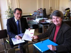 Bernadette MALGORN remet son rapport au Ministre délégué à la Ville, François LAMY