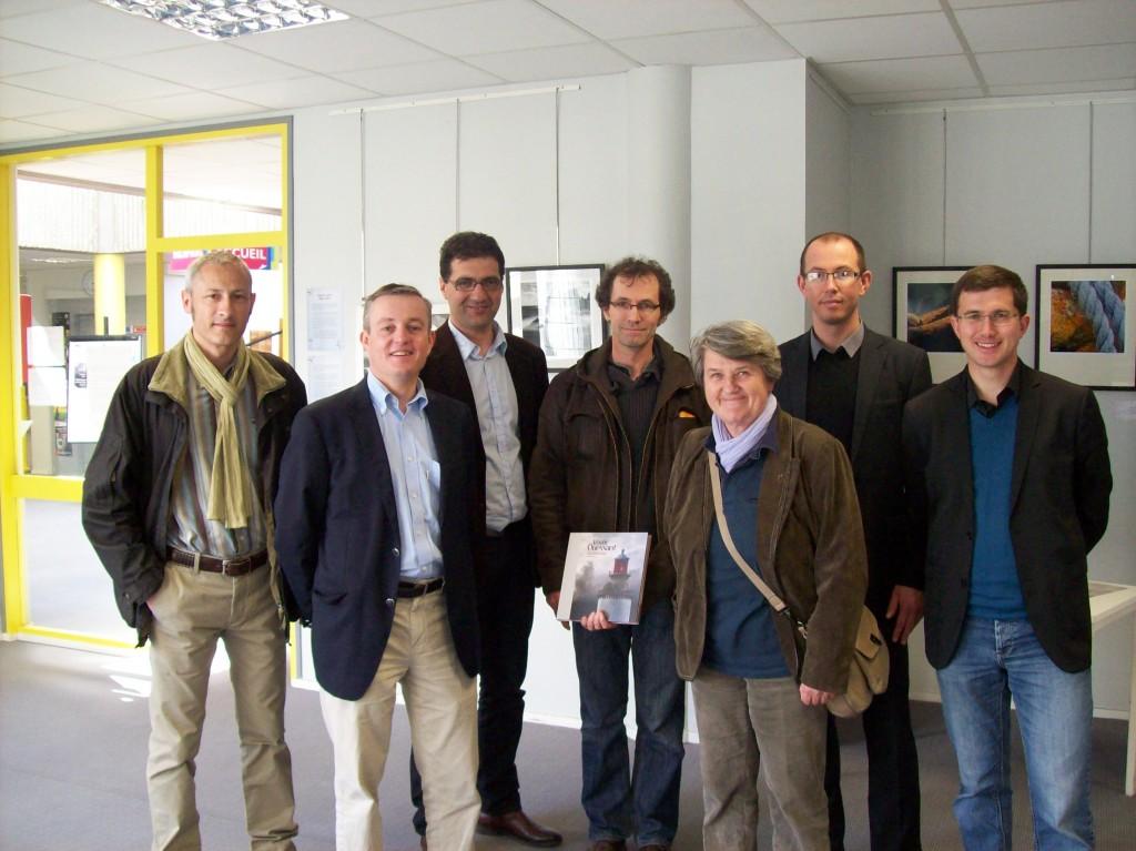 Bernadette MALGORN entourée de l'artiste, Marc Berthelot, Pascal Kerbérénès et ses soutiens brestois